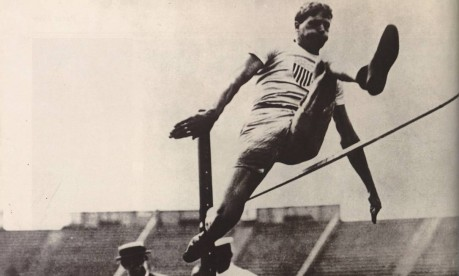 Impulso do corpo. O americano Ray Ewry na Olimpíada de 1904, em Saint Louis: ouro nos saltos em altura, distância e triplo, sem corrida Foto: Reprodução