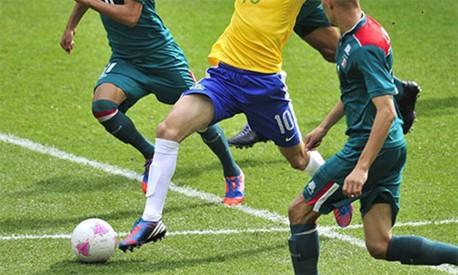 Entre a bola e seu destino, o marcador faz o seu papel para neutralizar a jogada Foto: Agência O GLOBO