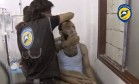 Imagem retirada de vídeo mostra homem supostamente atingido por gás cloro respirando através de uma máscara na cidade de Saraqeb, na província de Idlib Foto: REUTERS TV / REUTERS