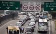 O trânsito quase parado na Linha Amarela, sentido Avenida Brasil