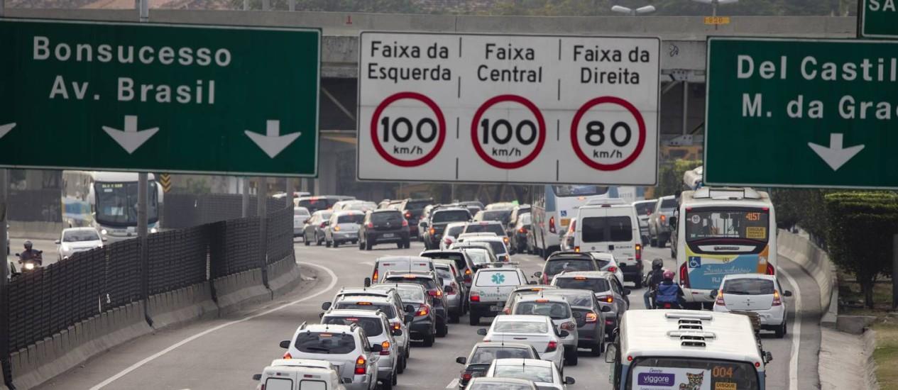 O trânsito quase parado na Linha Amarela, sentido Avenida Brasil Foto: Márcia Foletto / Agência O Globo