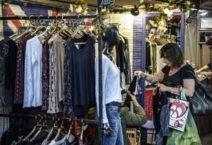Movimento em loja de vestuário em shopping Foto: Paulo Fridman / Bloomberg