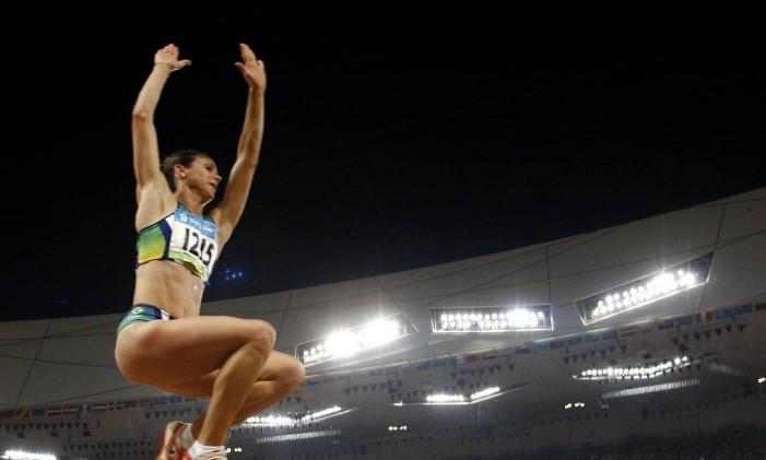 Maurren Higa Maggi salta para o ouro na final do salto em distância nos Jogos Olímpicos de Pequim, em 2008 Foto: Adrian Dennis / AFP