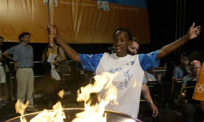 Jackie Joyner-Kersee dona do recorde mundial no heptatlo, conquistado nos jogos de Seul, em 1988, diante da pira olímpica Foto: Tom Gannam / AP Photo