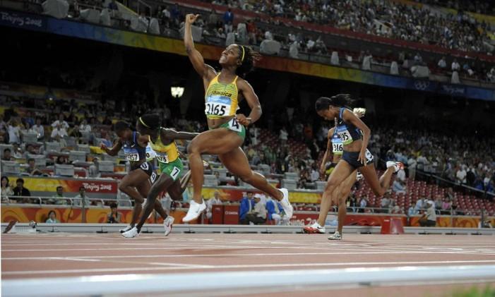 Jamaicana Shelly-Ann Fraser-Pryce, celebra vitória nos 100 metros rasos em Pequim, em 2008 Foto: Kay Nietfeld / EFE