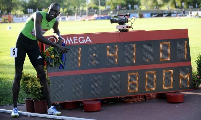 David Rudisha ao lado de recorde mundial quebrado em 2010. Queniano superou a própria marca dois anos mais tarde Foto: TIZIANA FABI / AFP