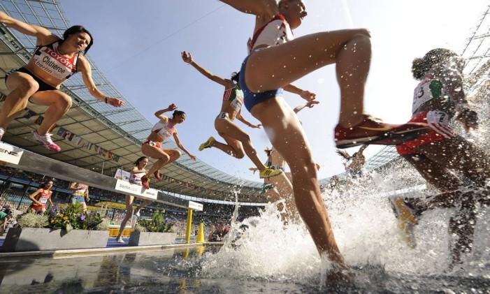 Prova dos 3 mil metros com obstáculos é inspirada nas competições de hipismo Foto: FABRICE COFFRINI / AFP