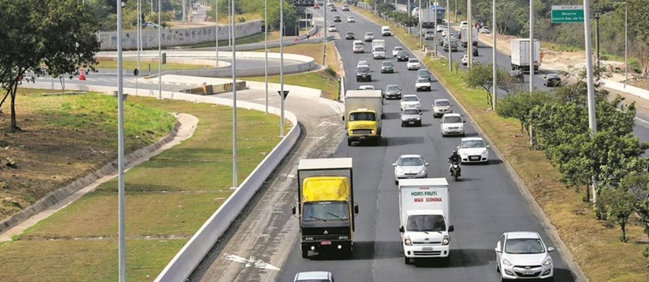 A Avenida Brasil, na altura do Complexo Esportivo de Deodoro: a via, por onde passam diariamente 209 mil veículos, ganhou novo asfalto e teve o canteiro central recuperado. Mudanças já são percebidas por usuários Foto: Marcelo Carnaval
