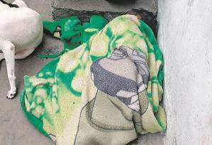 Menino de 6 anos dorme ao relento: mãe disse que o quarto da criança seria alvo mais fácil para tiros Foto: Foto do leitor