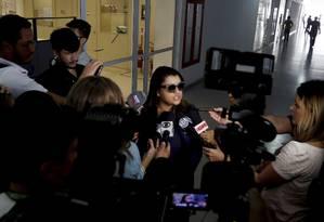 A cantora Preta Gil dando entrevistas na delegacia após ser alvo de insultos racistas nas redes sociais Foto: Agência O Globo