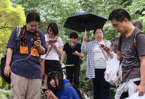 Jogadores de 'Pokémon Go' capturam monstrinhos de bolso virtuais espalhados pelo mundo real Foto: Hiroshi Otabe / AP