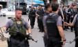 Policiais em operação contra o tráfico no Complexo do Alemão