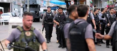 Policiais em operação contra o tráfico no Complexo do Alemão Foto: Fabiano Rocha / Agência O Globo
