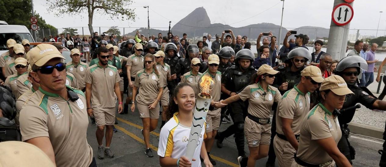 Rebeca Moraes dos Santos, aluna da rede pública do Rio, carregou a tocha olímpica Foto: Pablo Jacob / O Globo