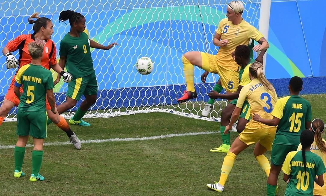 Nilla Fischer toca de joelho e empurra a bola para o gol, após rebote da goleira da África do Sul e faz o gol da vitória da Suécia por 1 a 0 no Engenhão VANDERLEI ALMEIDA / AFP