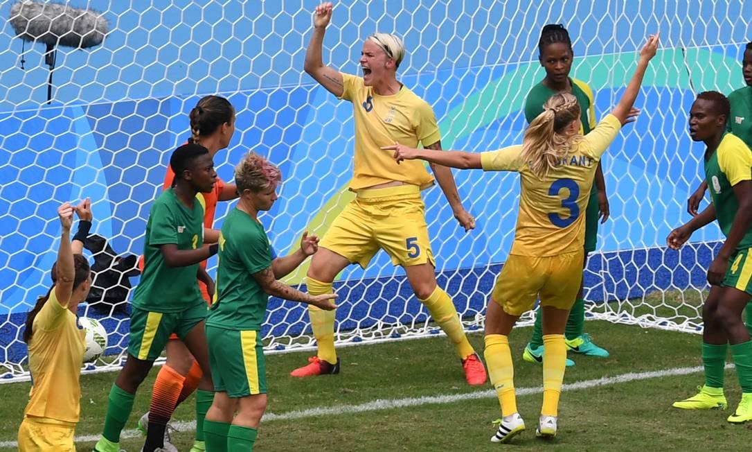 Jogadores da Suécia comemoram o gol de Nilla Fischer (5), aos 31 minutos do segundo tempo VANDERLEI ALMEIDA / AFP