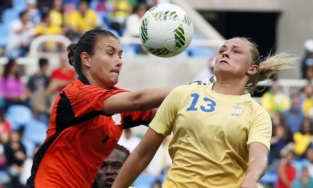 A goleira sul-africana Roxanne Barker disputa a bola com a sueca Fridolina Rolfo GONZALO FUENTES / REUTERS