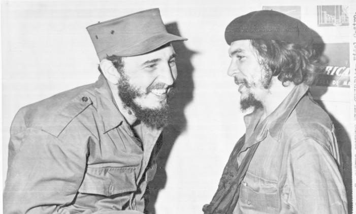 Dias após a consolidação da Revolução, em janeiro de 1959, Fidel e Che (direita) conversam em Havana Foto: Arquivo