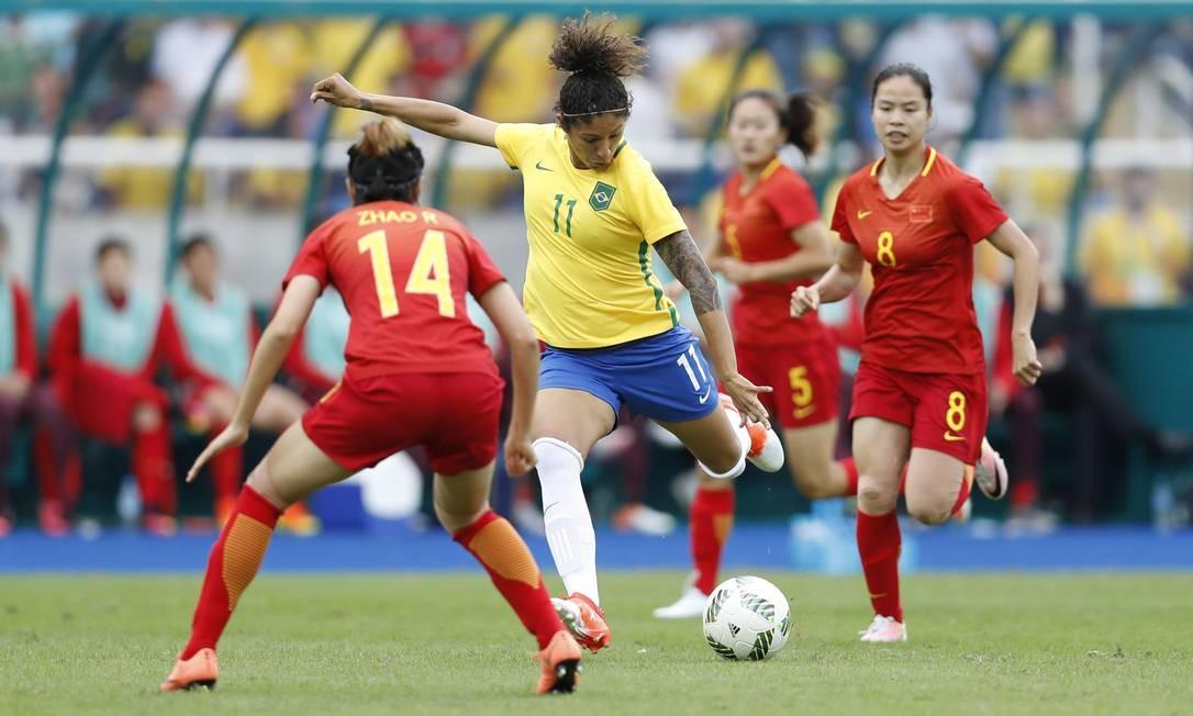 Cristiane tenta chute no jogo contra a China. Ela é a maior artilheira em Jogos Olímpicos no futebol feminino ANTONIO SCORZA / Agência O Globo