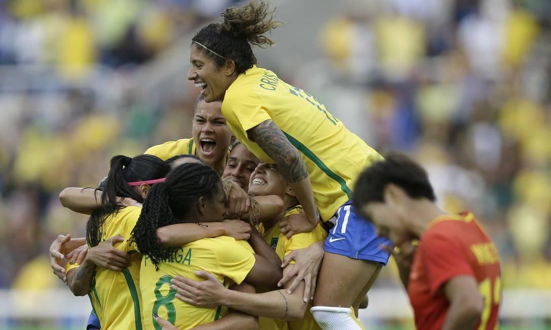 Mônica comemora com as companheiras o gol marcado contra a China, o primeiro do Brasil nos Jogos Olímpicos do Rio Leo Correa / AP