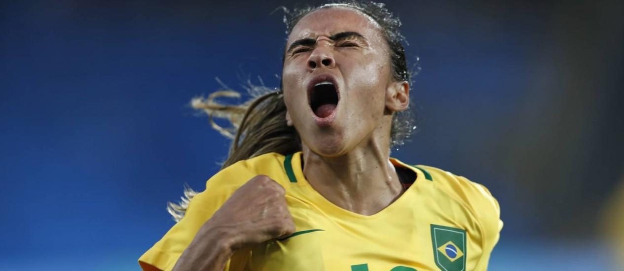 Marta comemora um dos três gols do Brasil na estreia contra a China: ela não marcou, mas teve participação importante Foto: ANTONIO SCORZA / Agência O Globo