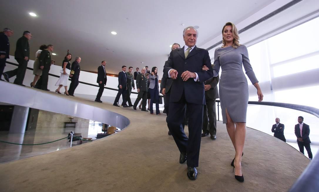 Ela desceu a rampa para o salão Nobre de mãos dadas com o presidente interino Foto: ANDRE COELHO / Agência O Globo