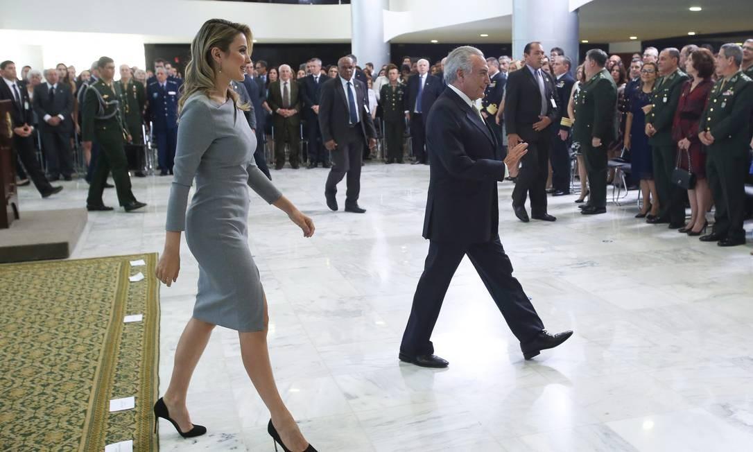 Ela trajava vestido cinza, fechado, sem decotes, na altura do joelho e com uma fenda de um palmo Foto: ANDRE COELHO / Agência O Globo
