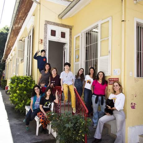 Despedida. Diretoras, alunos e professoras nos fundos da Catsapá Foto: Monica Imbuzeiro / Agência O Globo