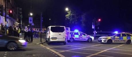 Polícia chega a praça onde houve ataque com faca em Londres Foto: Reprodução/Twitter