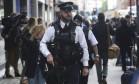 Agentes da polícia armados patrulham no local de um ataque com faca na Russell Square, em Londres Foto: NEIL HALL / REUTERS