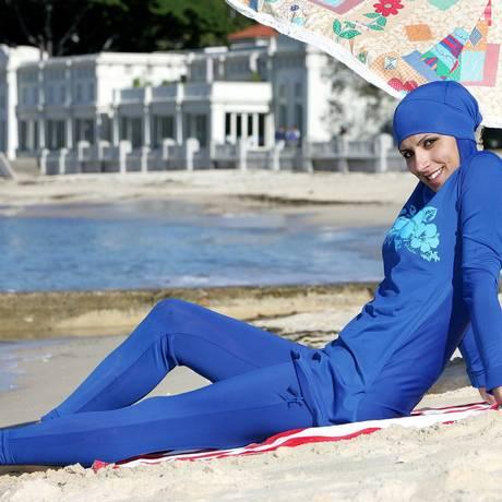 Modelo mostra burkini na praia Foto: AFP