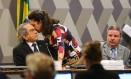 A senadora Katia Abreu (PMDB-TO) conversa com o presidente da Comissão do Impeachment Raimundo Lira Foto: Ailton de Freitas / Agência O Globo