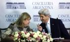 Susana Malcorra, chanceler da Argentina, e John Kerry, secretário de Estado americano Foto: Jorge Saenz / AP