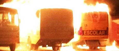 ônibus escolares foram incendiados no pátio da prefeitura de Governador Dix-Sept Rosado Foto: Divulgação/ PM