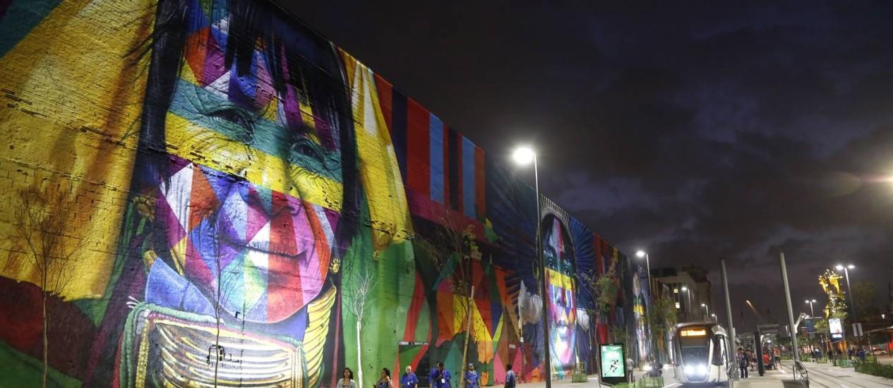 RI Rio de Janeiro (RJ) 02/08/2016 Eduardo Kobra - O artista fez um mega painel na Zona Portuaria, em frente a estacao do VLT Parada dos Navios. Foto Fabio Rossi Foto: Agência O Globo