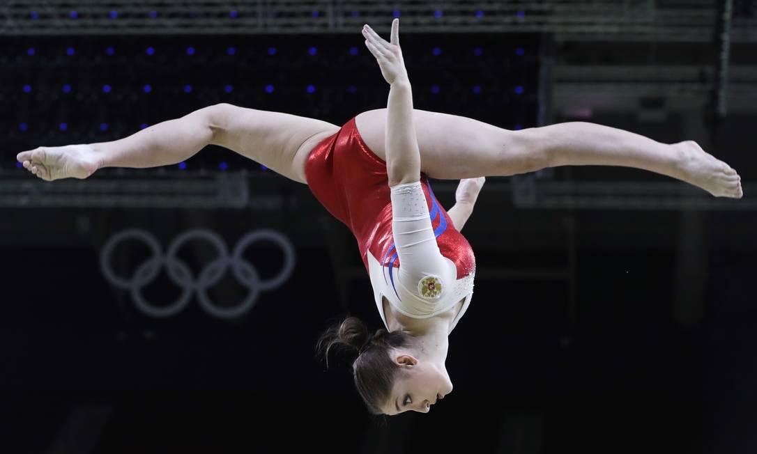 Ginasta russa Aliya Mustafina treina na trave de equilíbrio Dmitri Lovetsky / AP