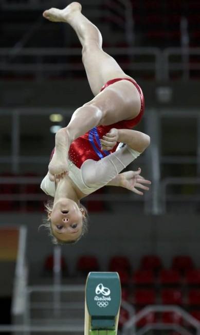 Russa Angelina Melnikova executa salto na Arena Olímpica do Rio DAMIR SAGOLJ / REUTERS
