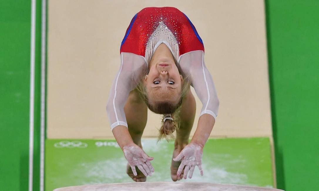 Angelina Melnikova executa salto sobre o cavalo durante treino da equipe russa de ginástica artística BEN STANSALL / AFP