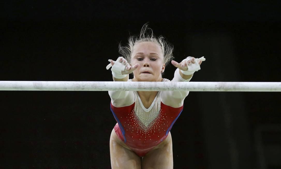 Exercício nas barras assimétricas durante treino da equipe russa de ginástica artística na Arena Olímpica do Rio DAMIR SAGOLJ / REUTERS