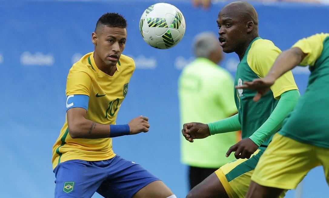 Neymar disputa o lance pela seleção brasileira contra o sul-africano Motupa Eraldo Peres / AP