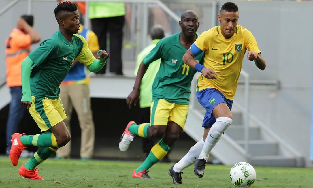 Neymar, responsável pelas melhores jogadas da seleção brasileira, arranca ao ataque diante de Modiba e Masuko, da África do Sul Eraldo Peres / AP