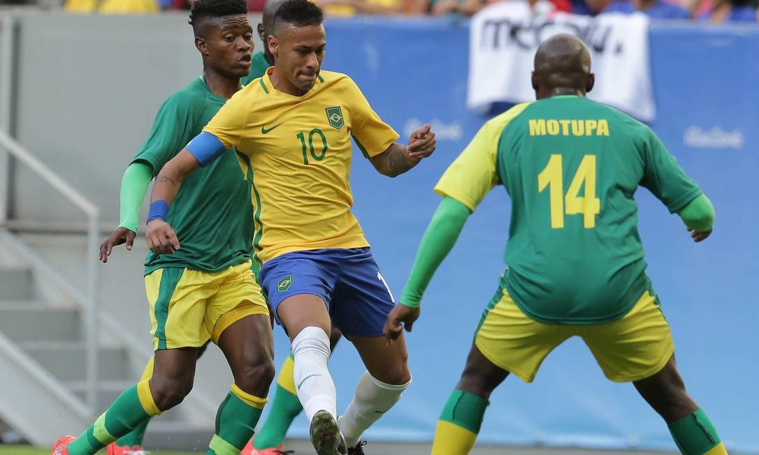 Sempre cercado por pelo menos dois, o capitão Neymar tenta organizar as jogadas de ataque da seleção brasileira contra a África do Sul Eraldo Peres / AP