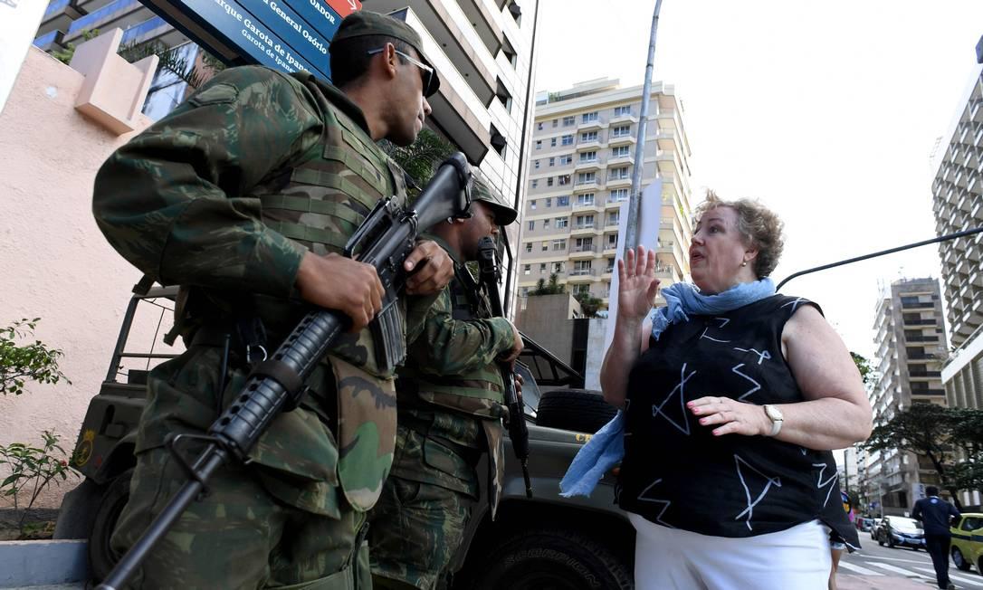 Uma senhora aproveitou para conversar com os soldados KIRILL KUDRYAVTSEV / AFP