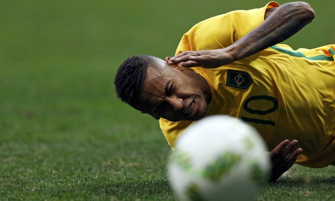 Neymar cai em um lance da partida contra a seleção da África do Sul UESLEI MARCELINO / REUTERS