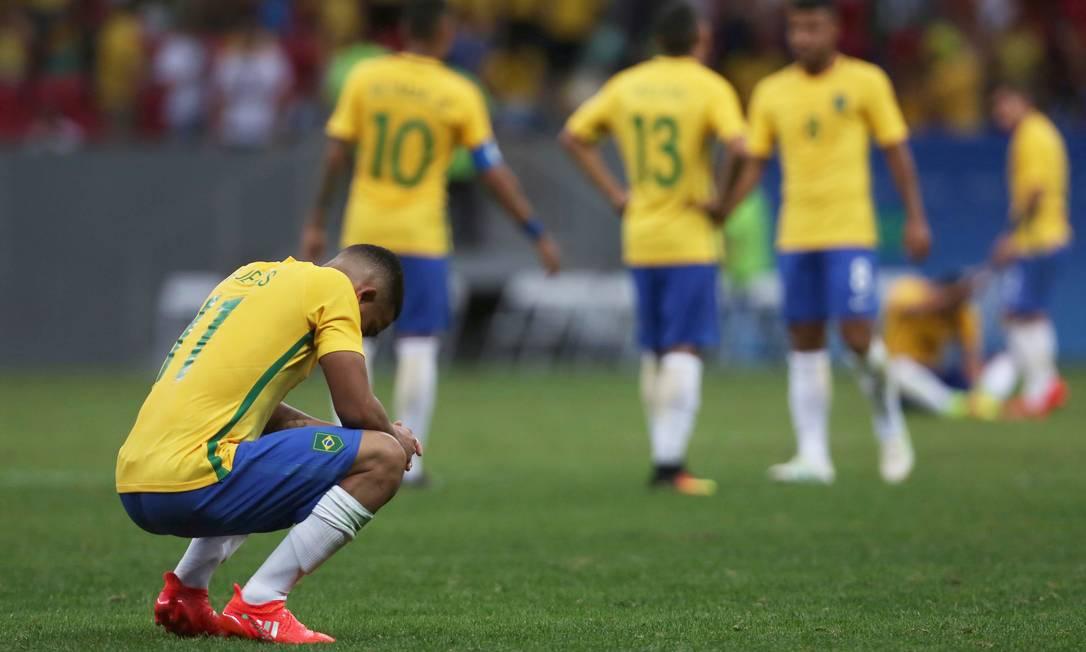 Jogadores brasileiros desanimados após o empate com a seleção da África do Sul, no estádio Mané Garricha, em Brasília Michel Filho / Agência O Globo