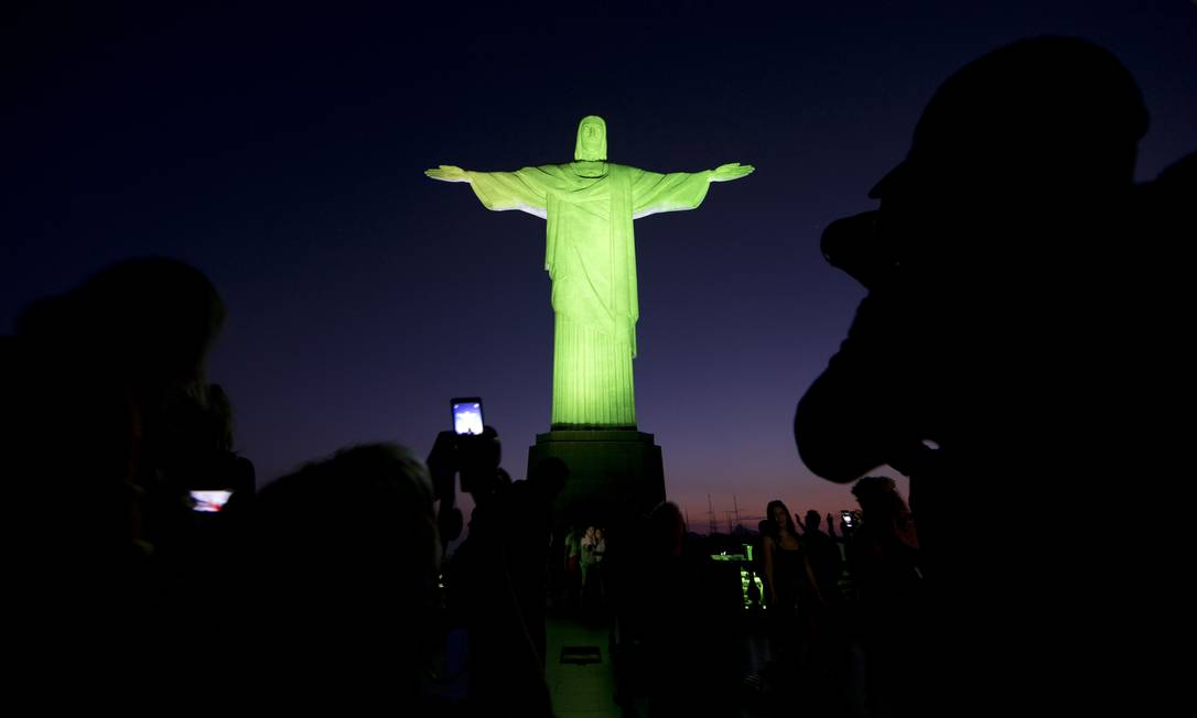 A estátua do Cristo Redentou foi iluminada com as cores do Brasil em verde e amarelo Joao Laet / AP