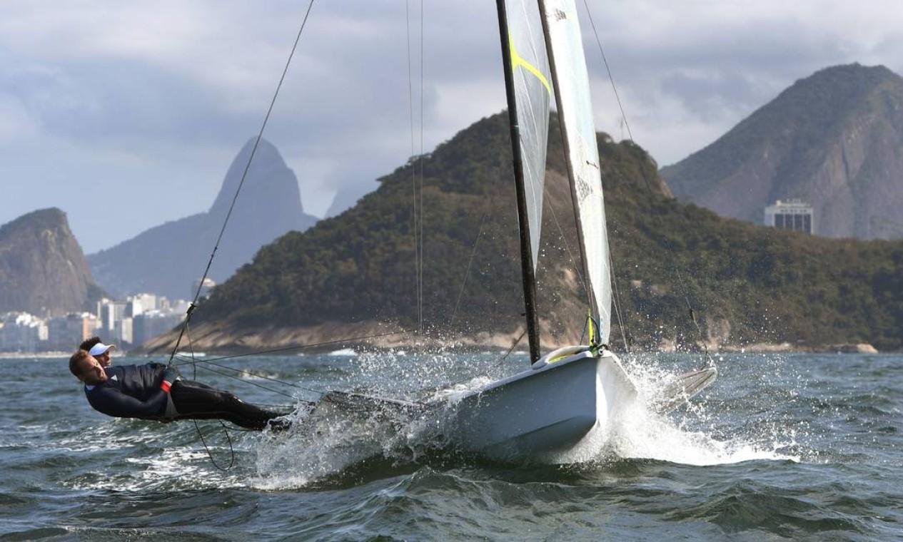 Dylan Fletcher-Scott e Alain Registe, da Grã-Bretanha treinando na Baía de Guanabara. Velejadores de vários países treinaram hoje no Rio Foto: WILLIAM WEST / AFP