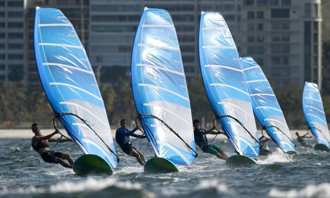 Concorrentes da classe de vela RS-X Foto: WILLIAM WEST / AFP
