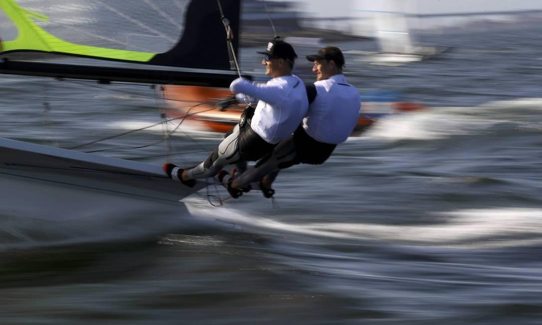 Velejadores da Áustria em velocidade nas águas da Baía de Guanabara BRIAN SNYDER / REUTERS