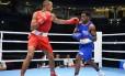 O marroquinho Hassan Saada (de vermelho) luta contra o americano Steve Nelson, no Mundial de Boxe de 2015